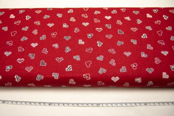 Szaro-białe serca na czerwieni - tkanina bawełniana