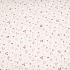 Trzy kwiatuszki pudrowy róż na bieli - tkanina bawełniana
