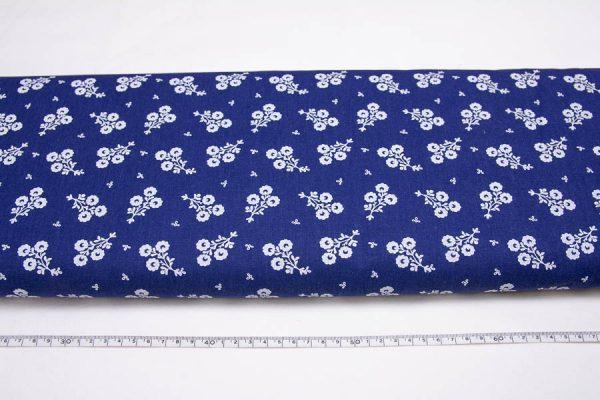 Białe bukieciki na ciemnoniebieskim - tkanina bawełniana