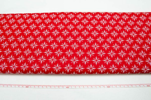 Białe śnieżynki na czerwieni - tkanina bawełniana