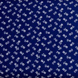 Biała łączka na szafirowym – tkanina bawełniana